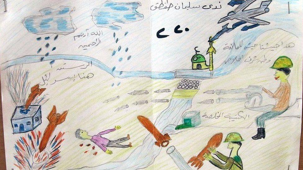 Este dibujo muestra un aparente ataque aéreo con misiles que golpean un edificio. El texto encima del soldado que dispara una ametralladora dice: