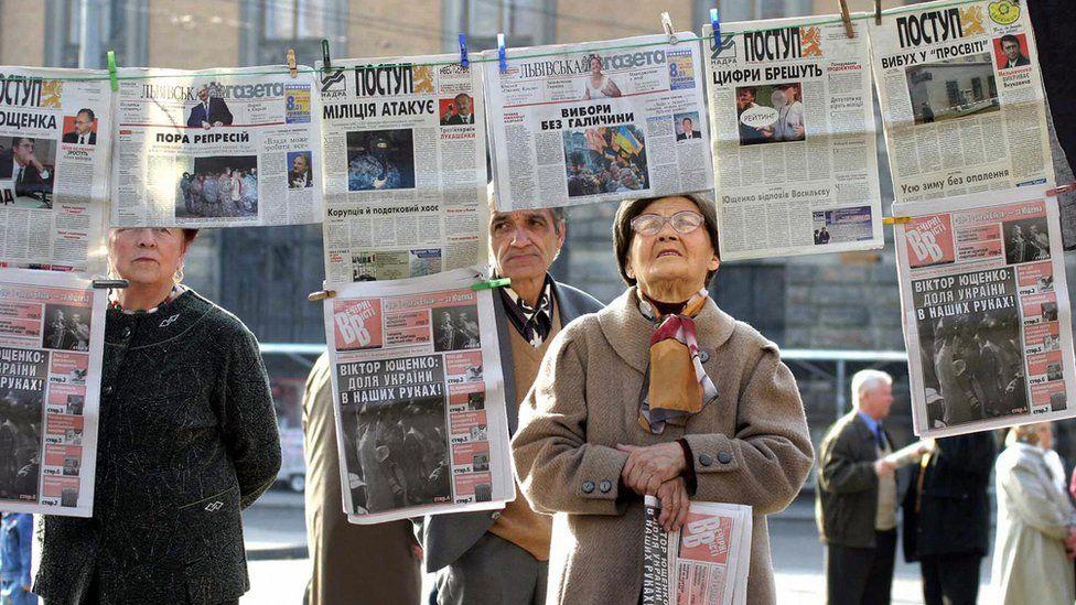 Ukrainians peruse newspapers