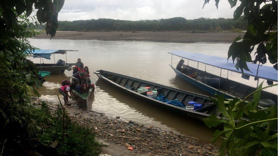 A canoe arrives in Shipetiari
