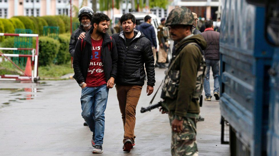 Students walk past an Indian paramilitary soldiers of Central Reserve Police Force (CRPF) at the National Institute of Technology (NIT) in Srinagar, summer capital of Indian administered Kashmir, 06 April 2016