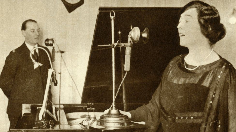 Performers Singing A Duet In One Of The Studios Of 2Lo in 1923