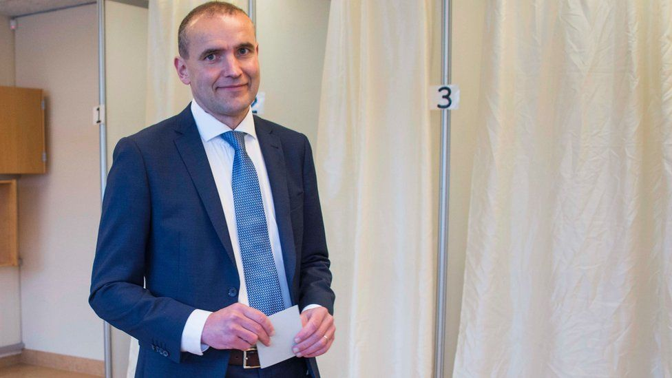 President Gudni Johannesson casts his ballot at a polling station in Reykjavik, on June 25, 2016.