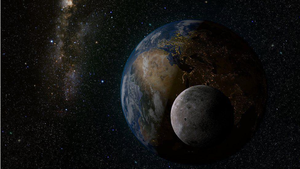 """La misteriosa """"luna"""" que nos ha acompañado durante un siglo sin que nos diéramos cuenta"""