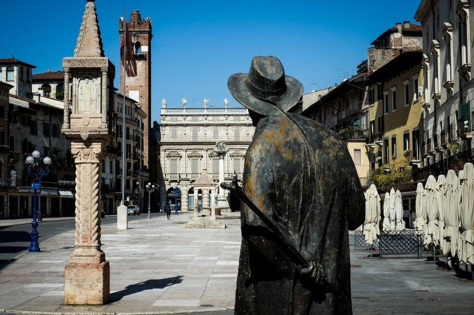 памятник поэту на площади в Вероне