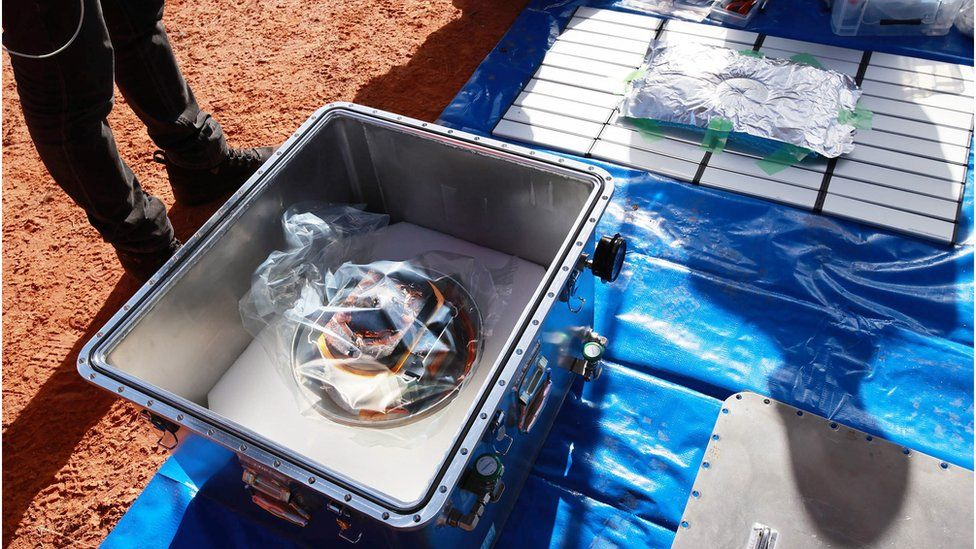 Capsule in its protective box