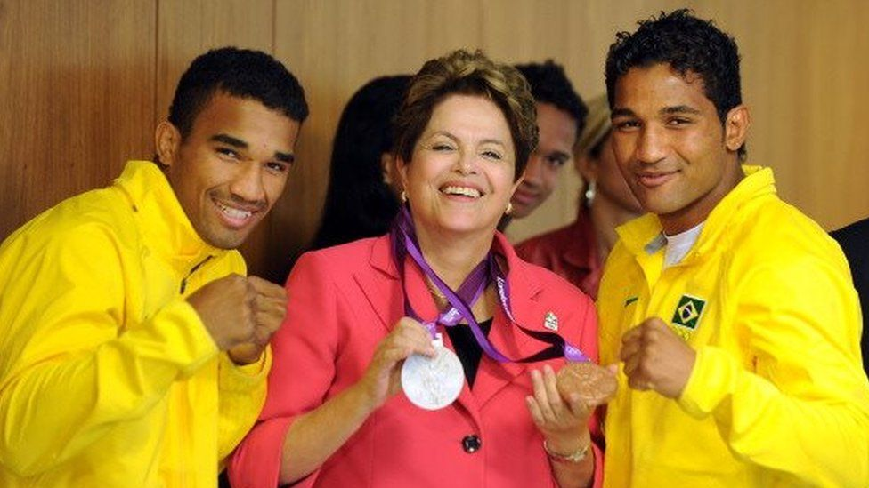 Brazilian President Dilma Rousseff (C) poses with Olympic boxers Yamaguchi Falcao (R), bronze and Esquiva Falcao (L), silver medals in the London 2012 Olympic Games respectively, during a meeting at Planalto Palace in Brasilia, on August 14, 2012.