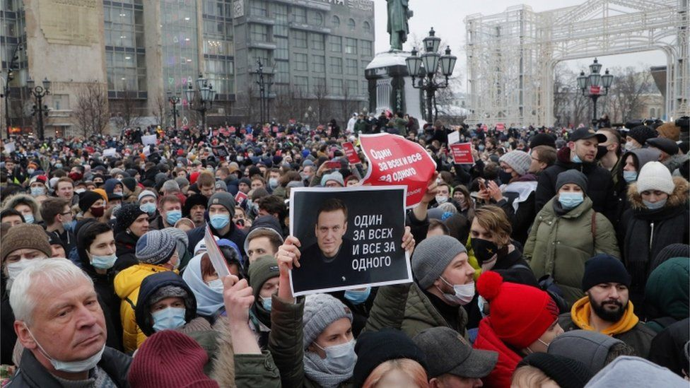 Russian anti-Putin anger spreads: 'We have to protest' - BBC News