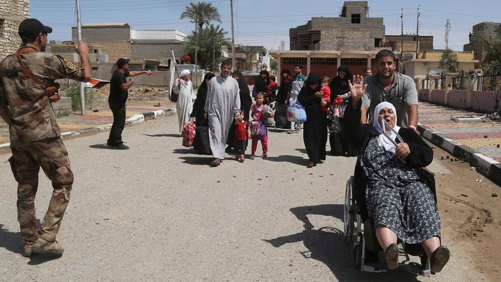 Residents of Hit flee their homes after arrival of Iraqi government forces (13 April 2016)