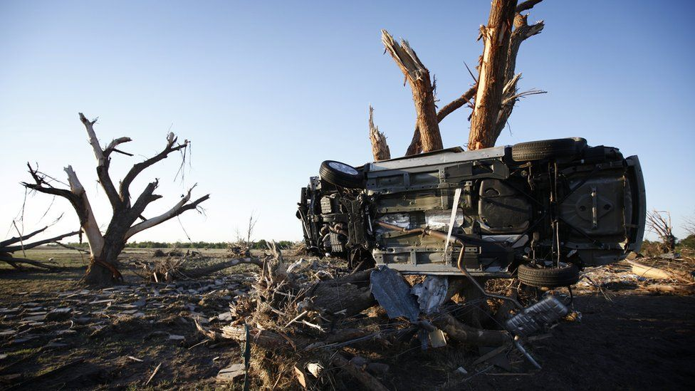 A car wedged next to a tree after OKlahoma tornado - 25 May 2013