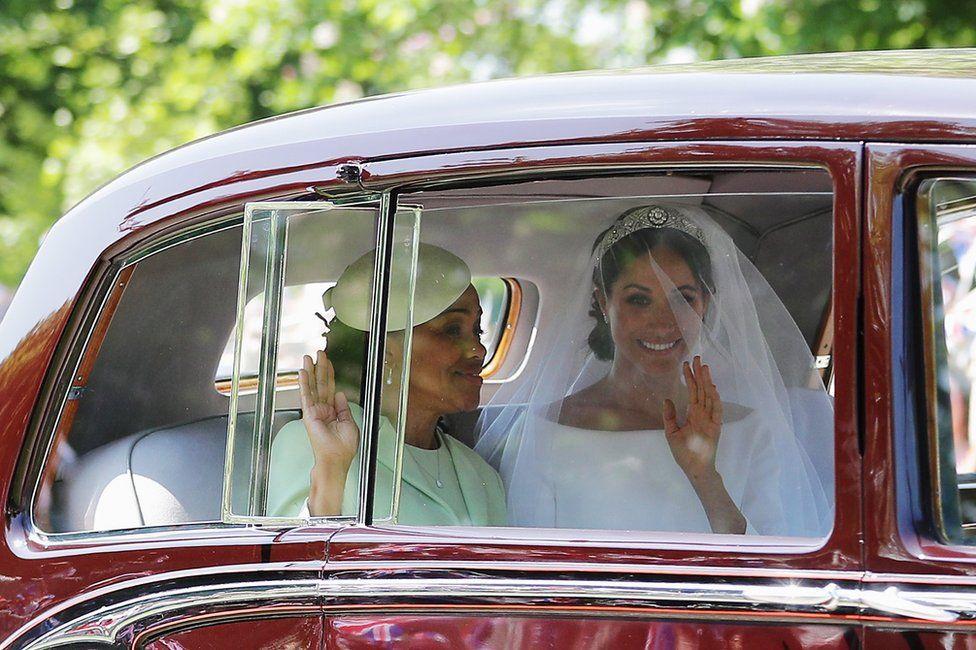 Меган Маркл с ее матерью Дориа Рагланд ехать вниз длинная прогулка, как они прибывают в Виндзорский замок