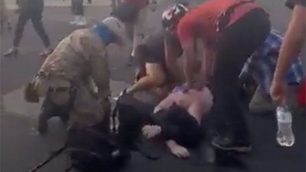 People help a man who was shot amid clashes in Albuquerque (15/06/20)