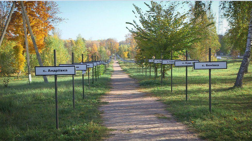 Carteles con los nombres de comunidades abandonadas conforman un memorial en la ciudad de Chernobyl.