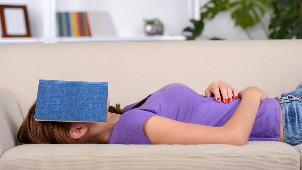 ¿Por qué me duermo cuando leo y qué puedo hacer para evitarlo?