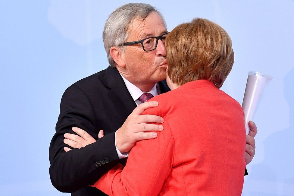 German Chancellor Angela Merkel (R) and President of the European Commission Jean-Claude Juncker at the official reception to the opening day of the G20 summit in Hamburg, 7 July