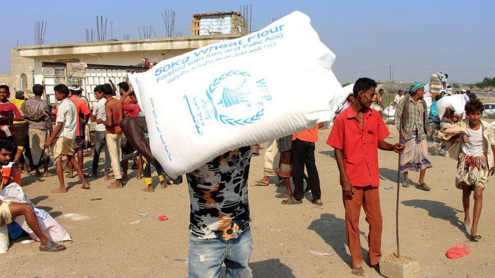 Displaced Yemenis receive food aid