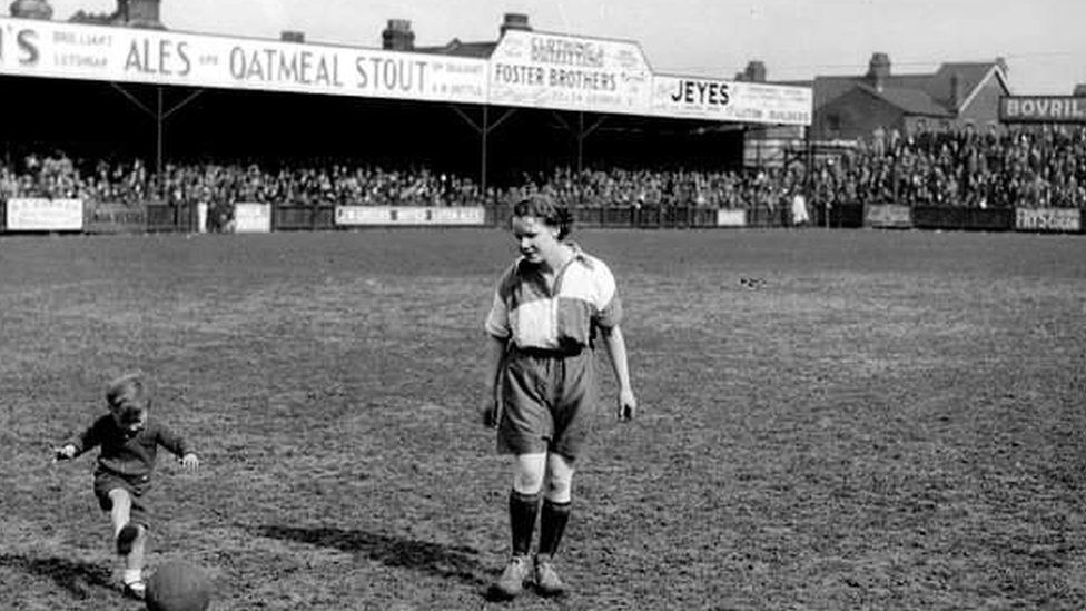 Laura Wiltsher playing at Luton Town's ground in 1935.