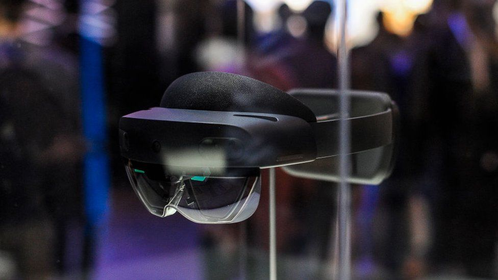 Microsoft to sell augmented reality goggles to army - BBC News