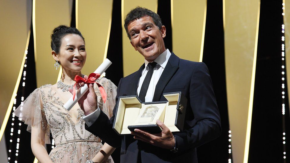 Antonio Banderas accepting the prize from Zhang Ziyi for best actor