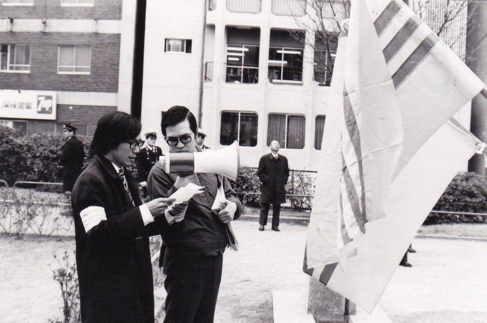 Hội trường Hùng (trái) và Bùi Bảo Sơn cầm loa