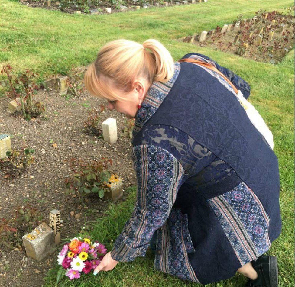 Jo Vigor-Mungovin lays flowers at the possible grave of Joseph Merrick