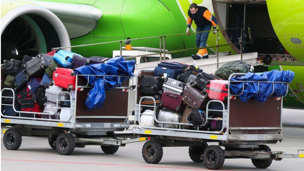 Bagasi terdaftar yang dimuat ke dalam pesawat Rossiya Airlines di Bandara Internasional Pulkovo St Petersburg