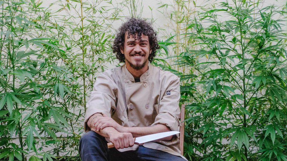 Brasileiro vira 'chef da maconha' no Uruguai e faz até jantar para idosos