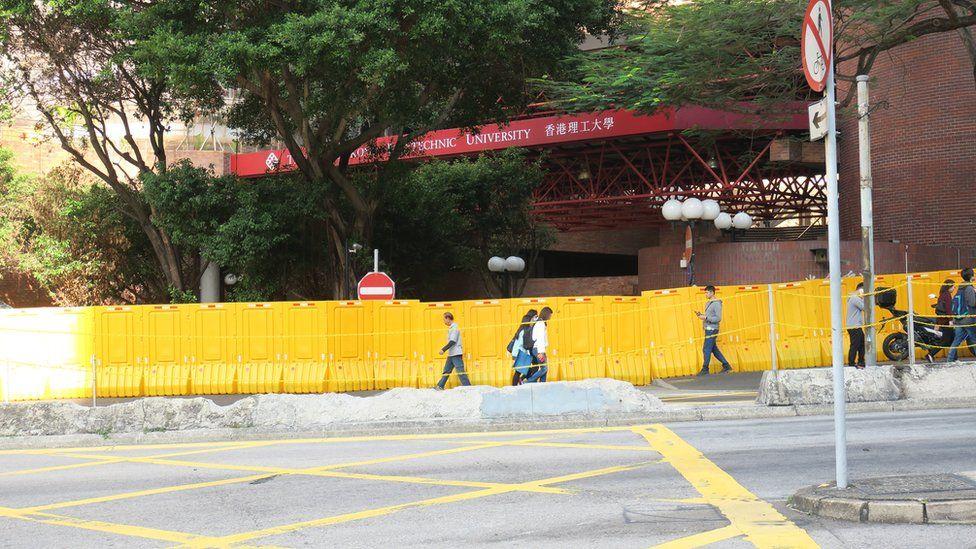 香港理工大学南面正门的围板(3/1/2020)