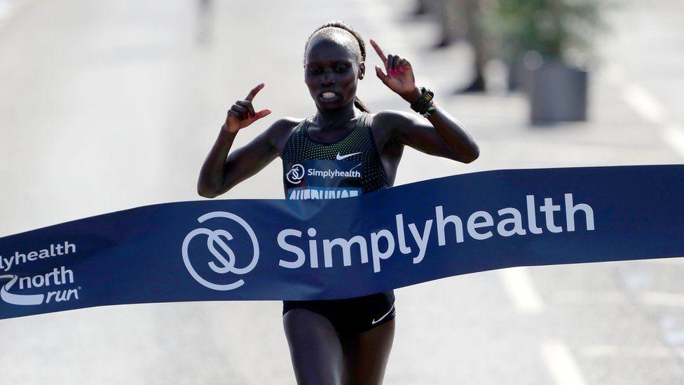 Vivian Cheruiyot taking victory in the women's elite race