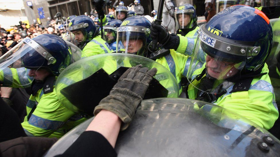 Police confront demonstrators during G20 protests near the Bank of England, 1 April 2009