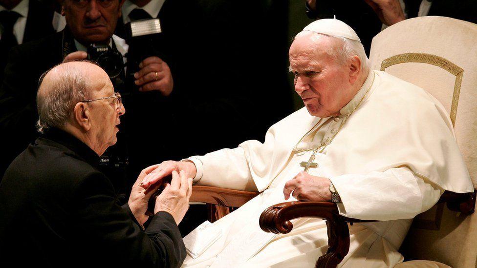 Marcial Maciel being blessed by John Paul II in 2004