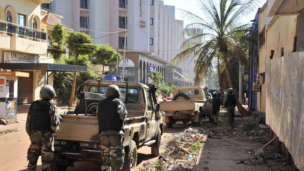Malian troops take position outside the Radisson Blu hotel in Bamako on November 20, 2015.