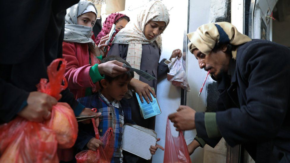 Children receive food aid at a charity kitchen in Sanaa, Yemen (14 January 2021)