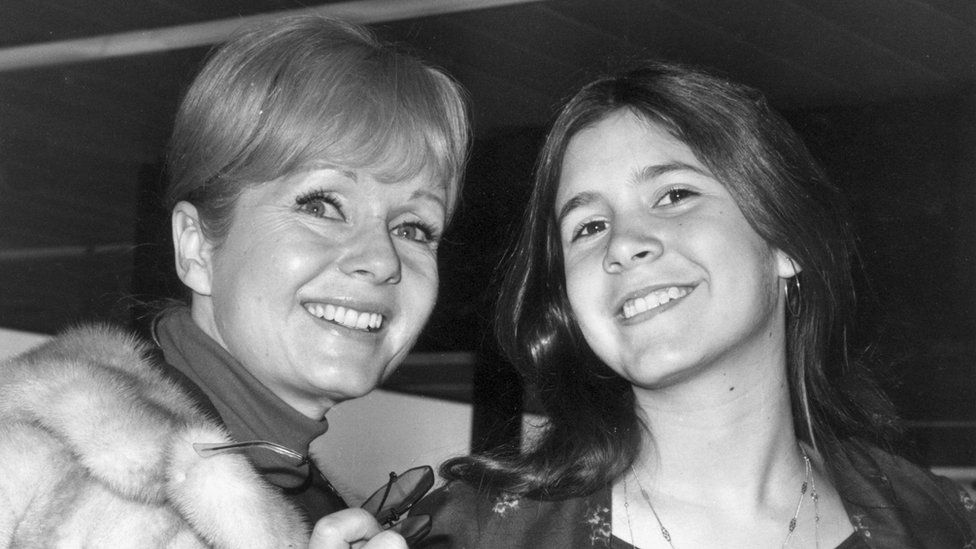 Debbie Reynolds (left) with her daughter Carrie Fisher in 1972