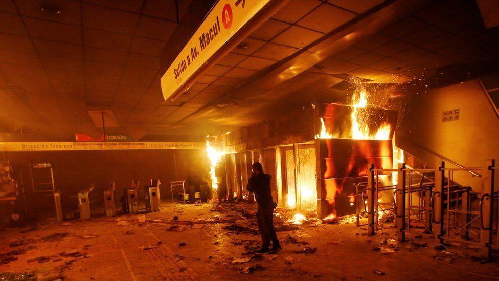 """""""Evasiones masivas"""": Piñera declara el estado de emergencia en Santiago por las protestas por el alza del precio del metro en la capital"""