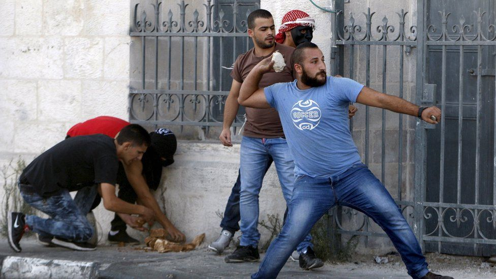 Palestinians throw stones at Israeli troops during clashes in Bethlehem (5 October 2015)