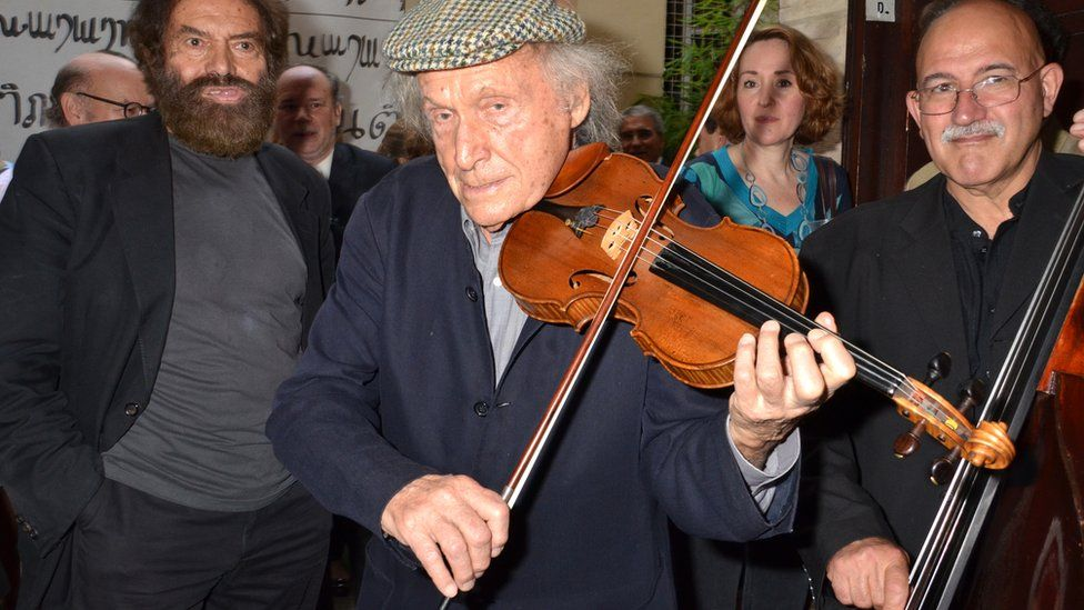 Ivry Gitlis (centre) plays violin. File photo