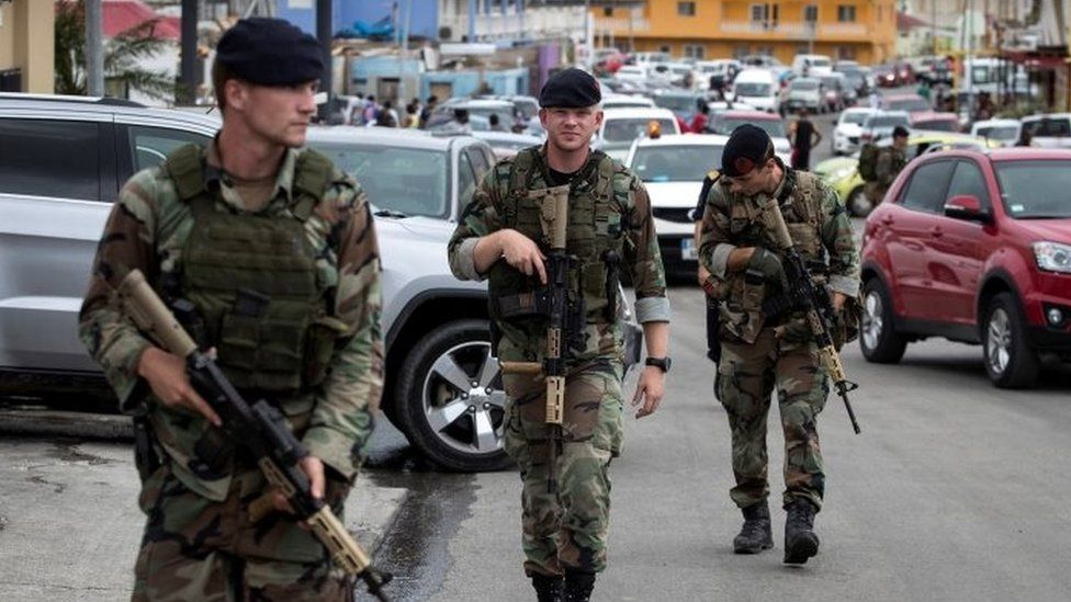 Dutch soldiers patrol the streets of St Martin (07 September 2017)