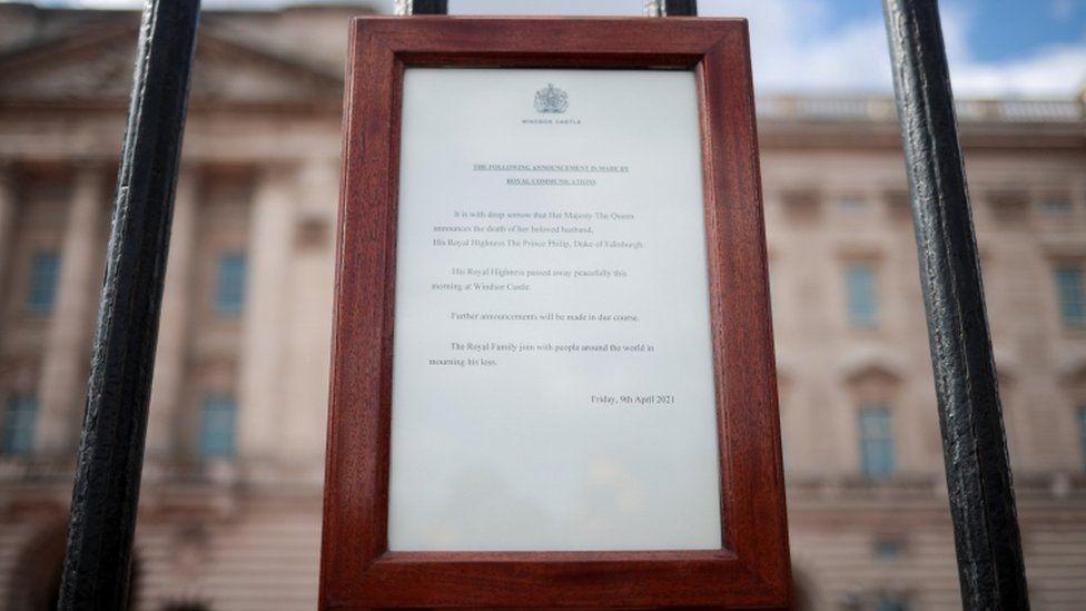 De aankondiging van het overlijden in Buckingham Palace