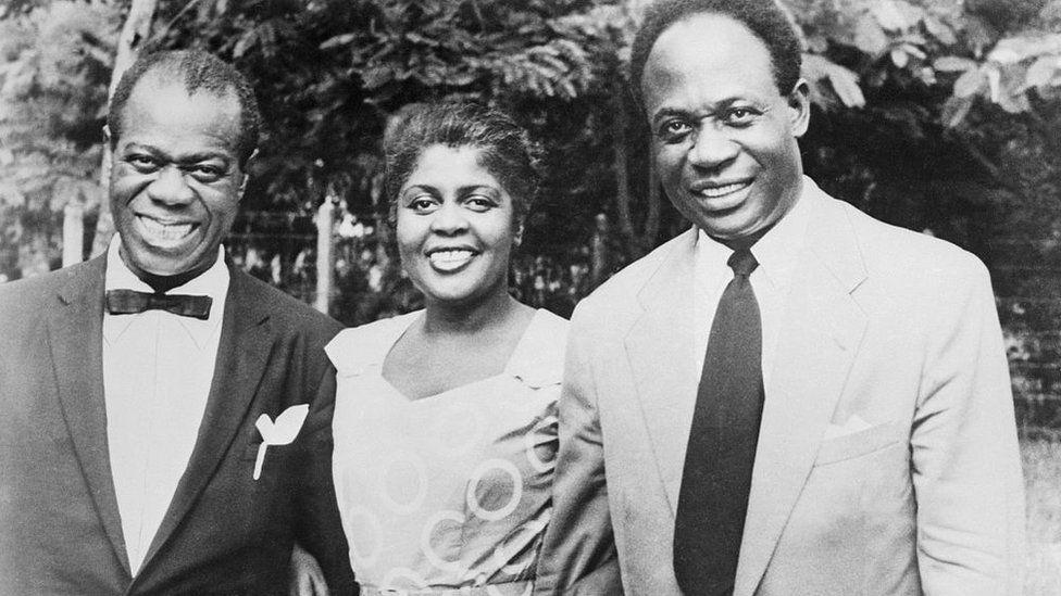 Луи Армстронг, его жена Люсиль и первый премьер-министр независимой Ганы Кваме Нкрума. Аккра, 1956 г