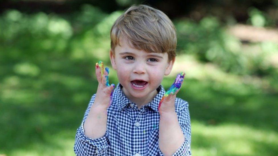 Принцу Луи - два года. Он тоже не остался в стороне от борьбы с  коронавирусом - BBC News Русская служба
