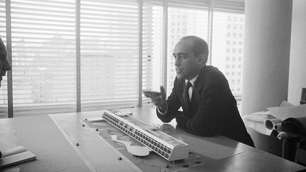 Oscar Niemeyer explaining one of his designs