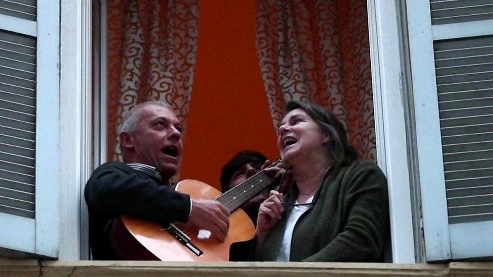 Coronavirus: miles de italianos salen a cantar al unísono en los ...