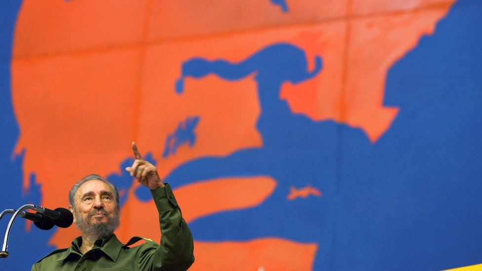 Fidel Castro speaks in 2005 in front of a poster of Che Guevara