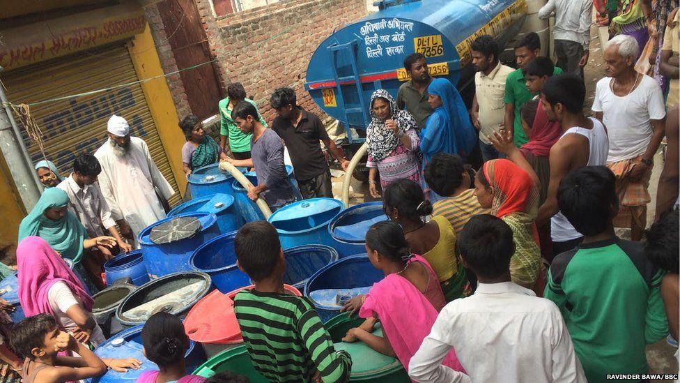 Queue for water in Delhi