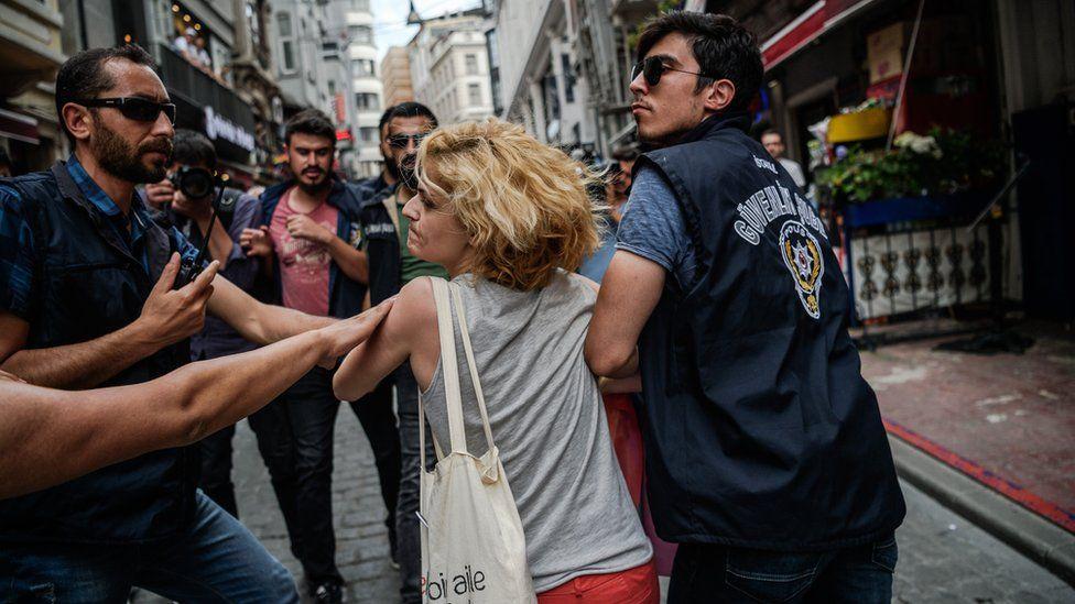 Turkish police breaking up LGBT rally, 26 Jun 16