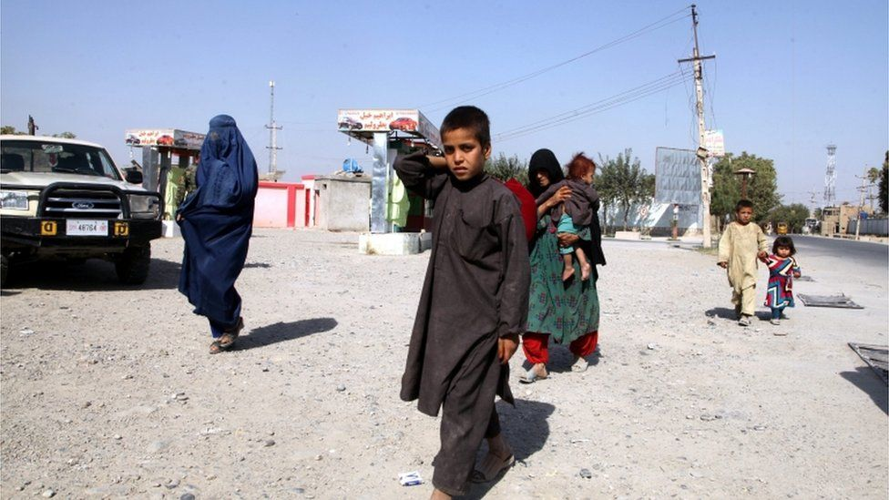 People flee amid ongoing fighting between government forces and Taliban militants, in Kunduz, Afghanistan, 06 October 2015.