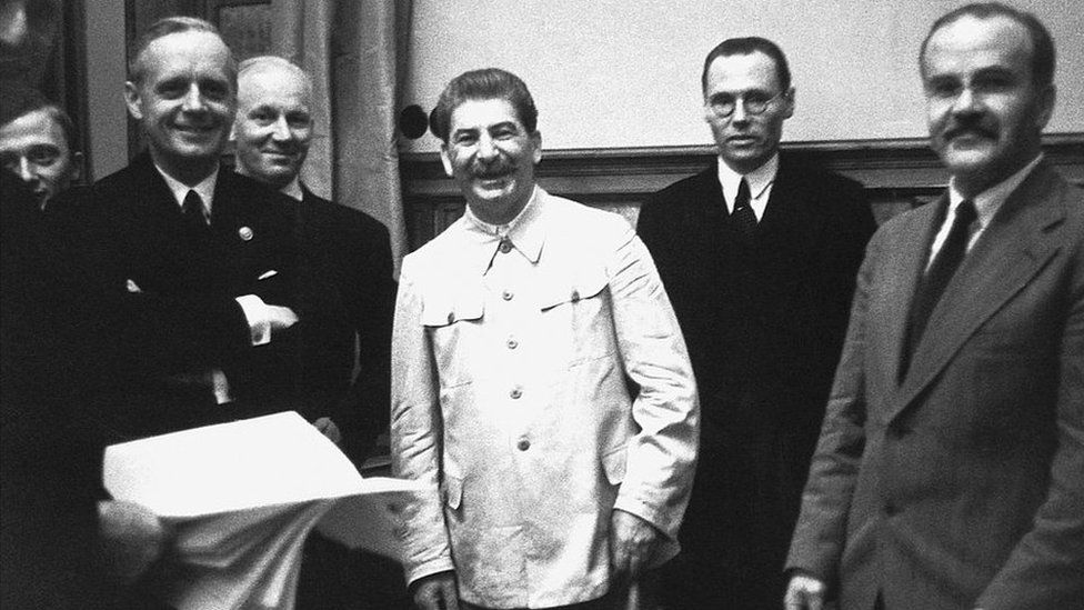 "Pacto Ribbentrop-Molotov, el tratado entre nazis y soviéticos que ""condenó a media Europa a décadas de miseria"""