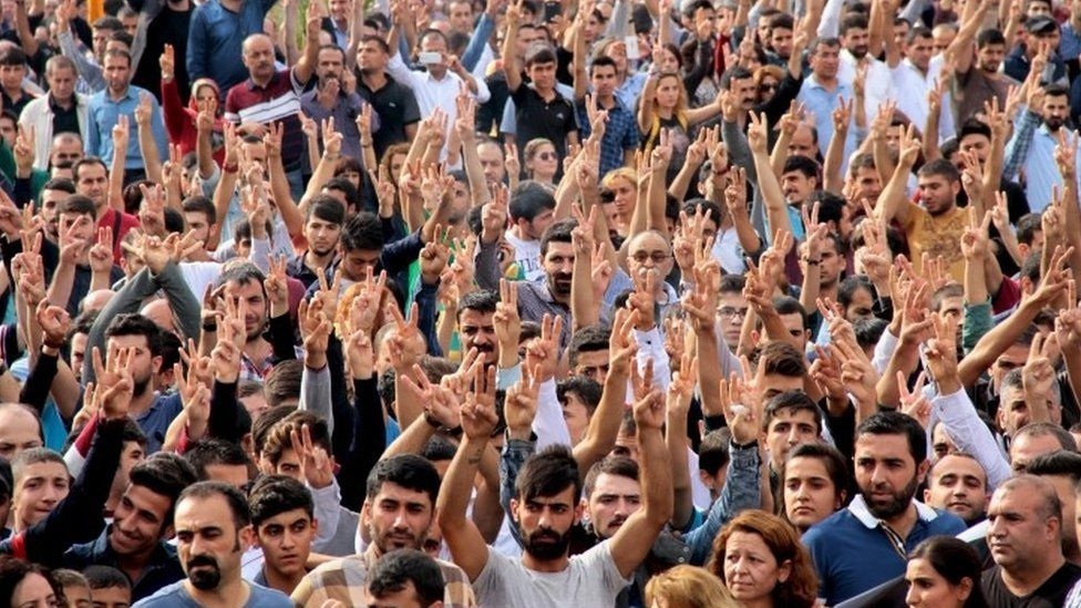 Demonstrators display V signs during a protest against Saturday's bomb blasts in Ankara (12 October 2015)