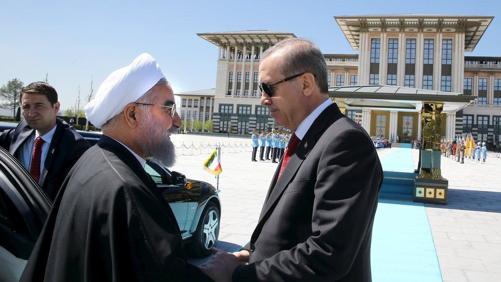 Turkish President Tayyip Erdogan (R) shakes hands with his Iranian counterpart Hassan Rouhani during a welcoming ceremony at the Presidential Palace in Ankara (April 2016)