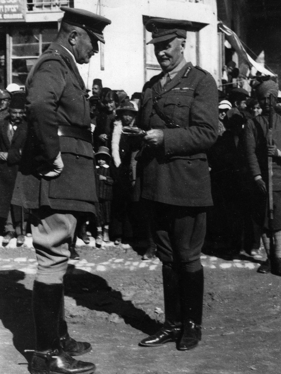 17th November 1917: General Edmund Henry Hynman Allenby (1861 - 1936) in conversation with an Army officer in Palestine.